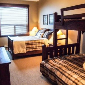 Stonebridge Lodge - Bed room with queen and bunk beds